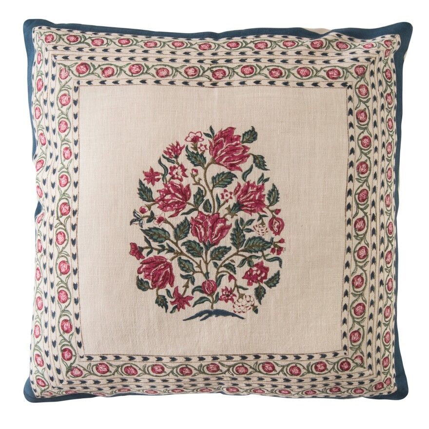 The chintz collection from Good Earth features cushions and quilts with flower motifs created by block printing: Artisans coat a hand-carved wooden block in dyes, then press it firmly on the cotton.